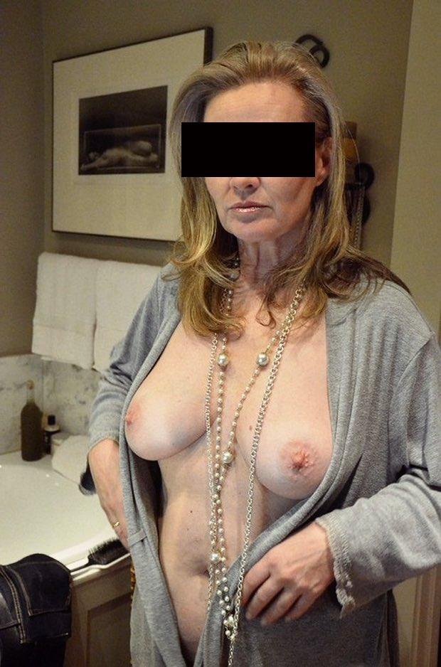 Une MILF montre ses seins pendant la soirée rencontre cougar