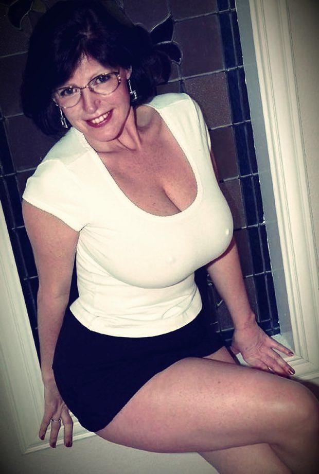 Les très gros seins d'une cougar à lunettes