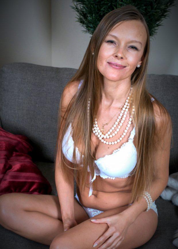 La jolie cougar rêve de ton sexe en exhibant sa grosse poitrine